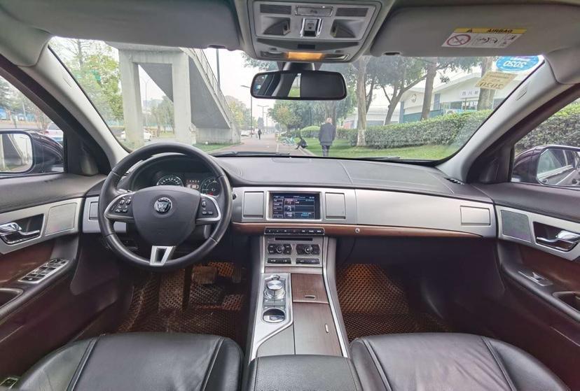 捷豹 XF  2015款 XF 2.0T 奢华版图片